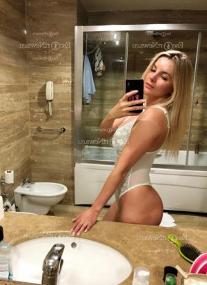 Clelya escort girl in Marquette